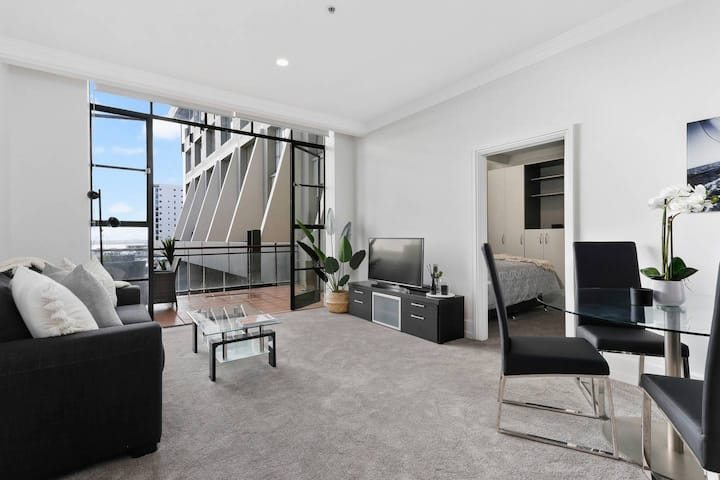 Renovated luxury apt with huge deck & free Carpark