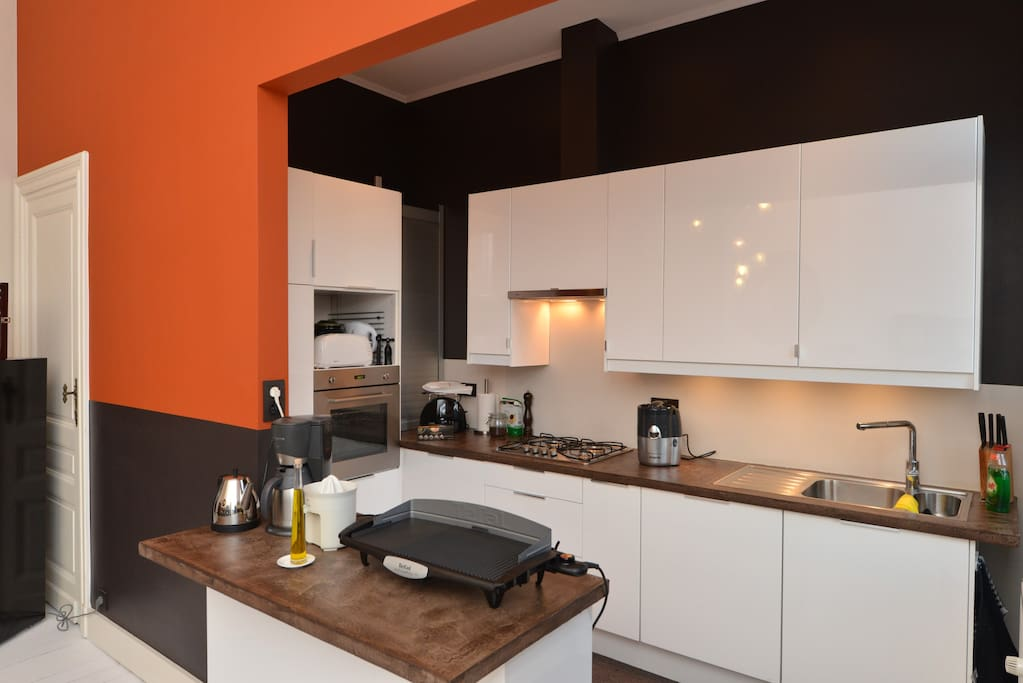 A fully equipped kitchen perfect for preparing meals.