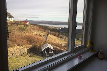 Cosy room with sea view - Hoyvík - Bed & Breakfast