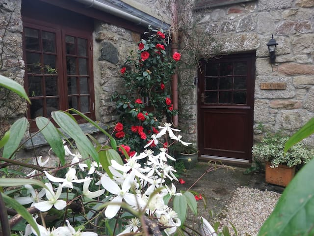 The Cottage: Beautiful 17th Century Cottage