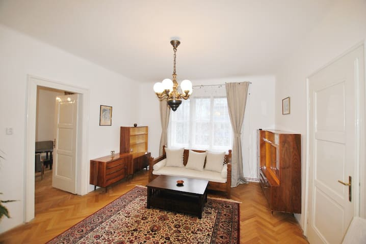CLOSE TO SUBWAY AND THE PRAGUE CASTLE - Praga - Appartamento