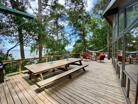 Lakefront Treehouse: Private Retreat in the Pines!