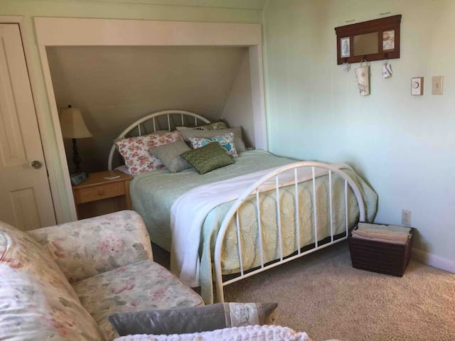 Quaint Room for  2 Females or Couple Historic Home