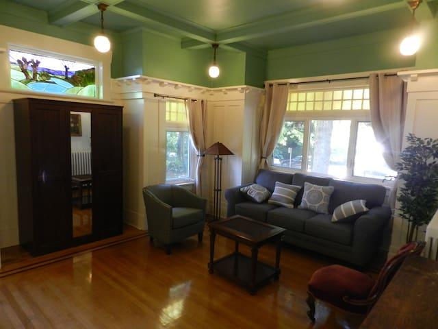The Oak Suite