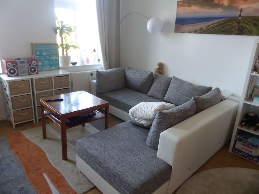 Auf dieser Couch schläfst du bzw ihr auf einer ausgeklappten 140 × 200 cm Federkernmatratze im gemütlichen und hellen Wohnzimmer! :)