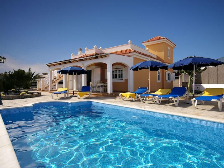 Nice villa with private pool and three bedrooms with air conditioning