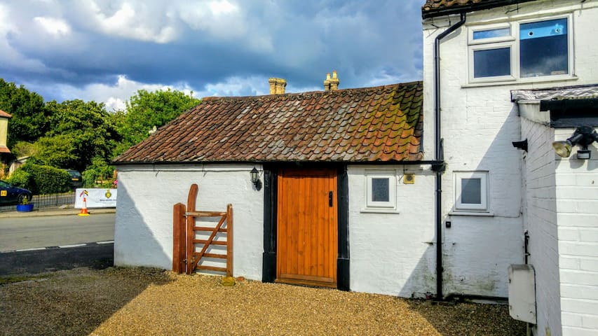 Private access to annexe