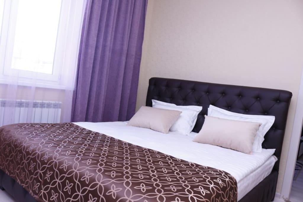 Пяти комнатный номер, одна двух спальная кровать и три одно спальных кровати.