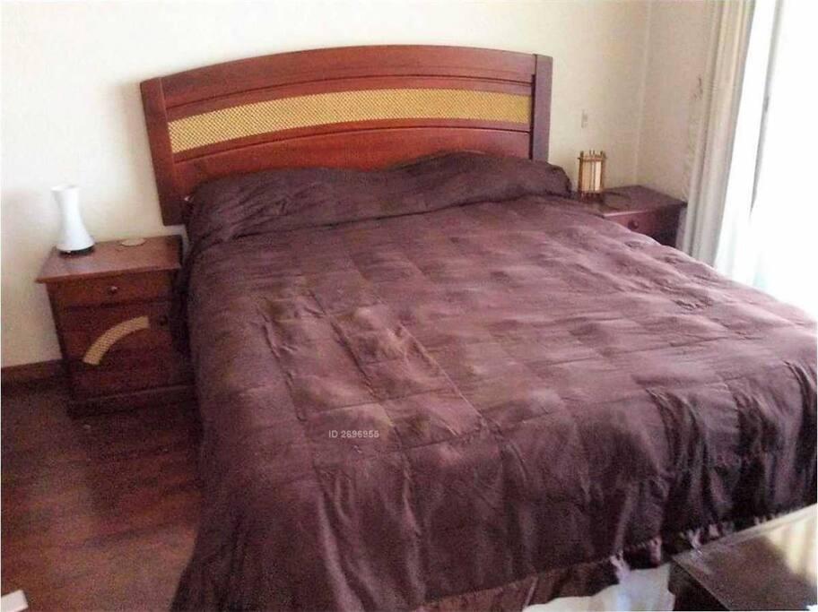 Dormitorio en suite con cama Queen