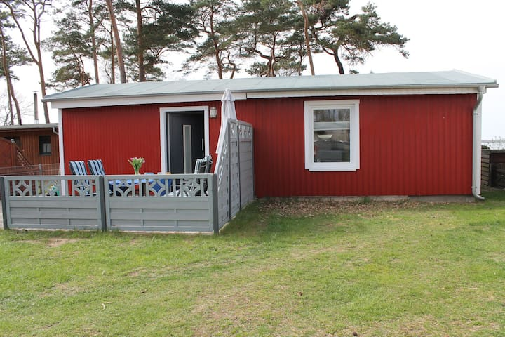 Holiday bungalow with lake view, directly on the Salzhaff beach