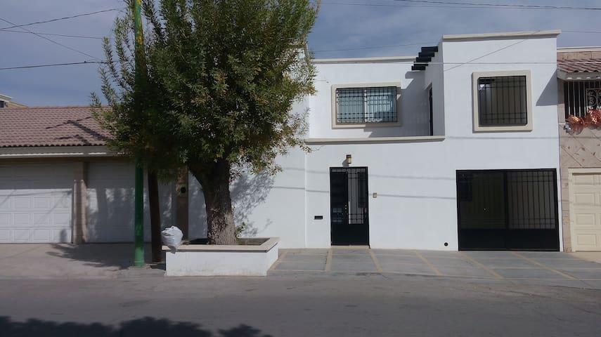 CASA DE 2 PISOS AMUEBLADA EN GOMEZ PALACIO - Gómez Palacio - House