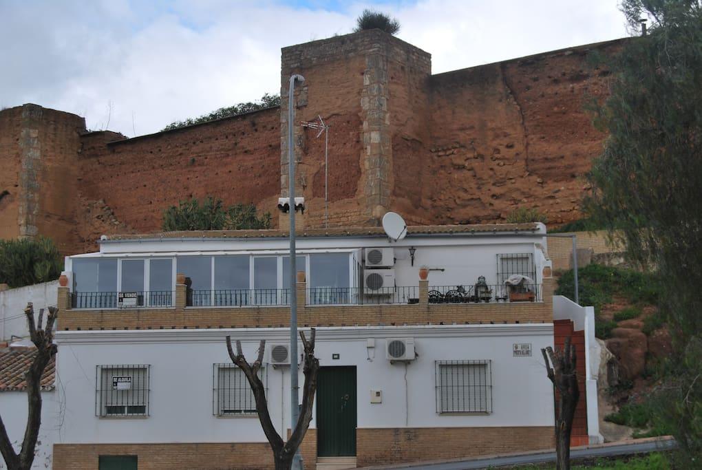 Murallas almorávides tras la vivienda