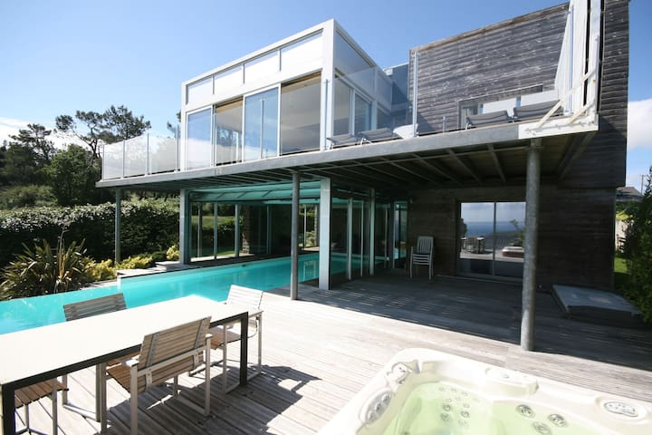 Modern villa with sea views, pool and jacuzzi on the Crozon Peninsula