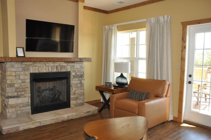 One Bedroom Condo at The Lodges at The Great Smokey Mountains (A512)