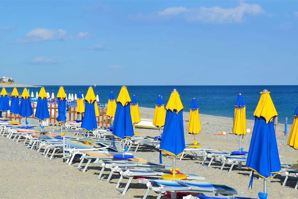 """Spiaggia con stabilimento balneare fronte casa  """"COSTA AZZURRA"""" , ma volendo c'è anche la spiaggia libera"""