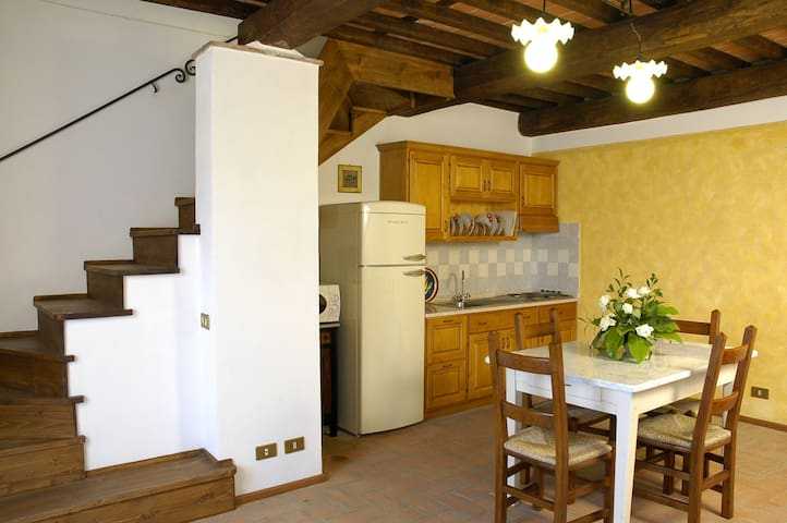 COTTAGE WITH GARDEN AND SWIMMING P  - Gualdo - Cabaña