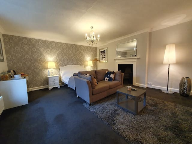 Beautifully Renovated Luxury Room in Georgian home