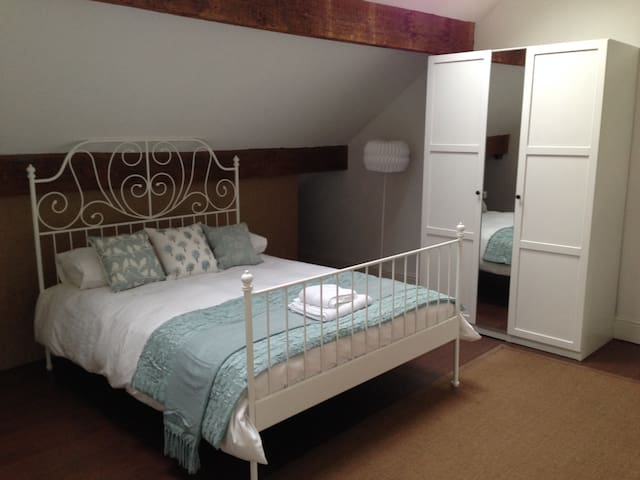 Stylish large attic room 15 mins from Manchester