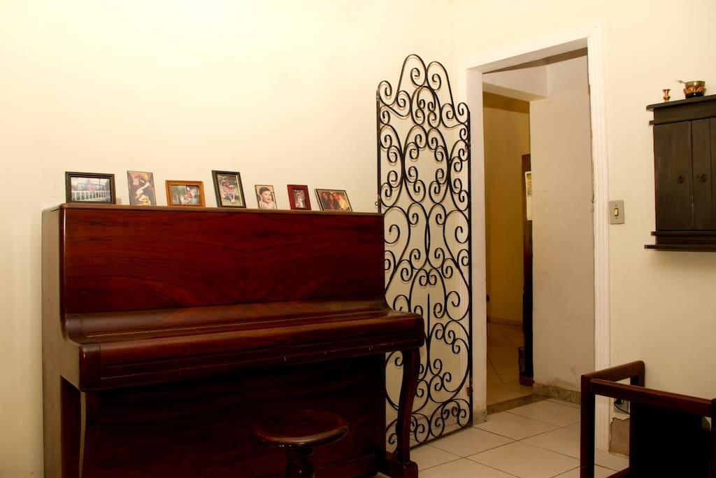 O piano e a entrada para os dormitórios