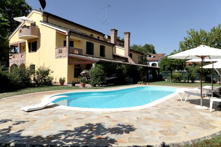 Romantic country attic with pool & free parking - Ferrara - Departamento