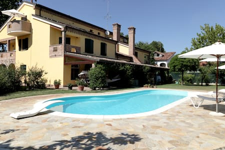 Romantic country attic with pool & free parking - Ferrara - Apartemen