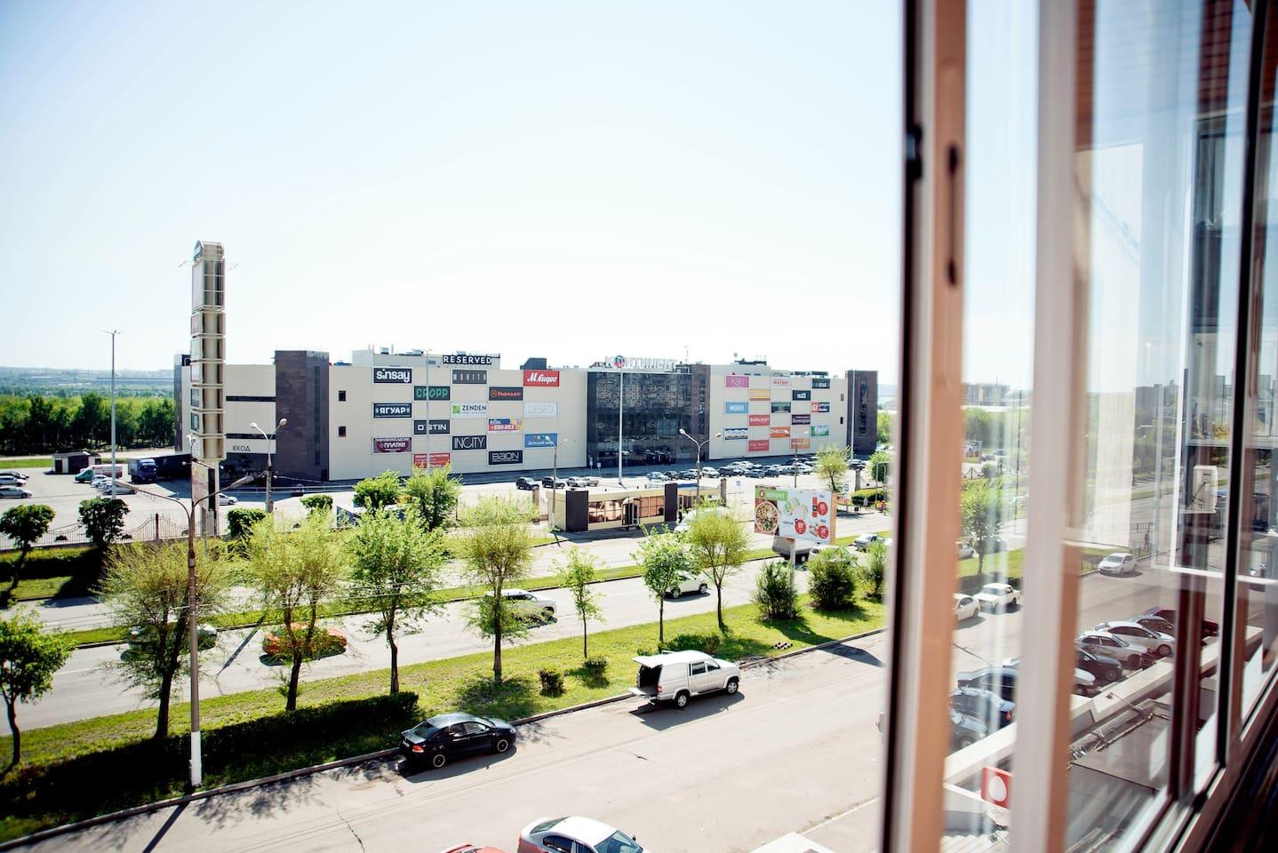 Из балкона вид на ТРК Континент