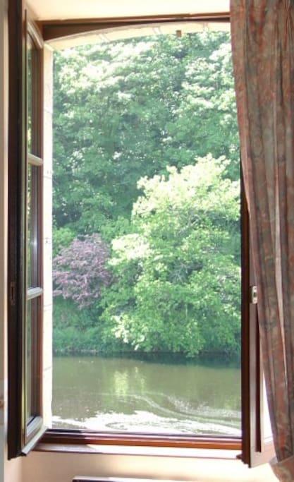 Vue sur la rivière et la colline depuis le séjour