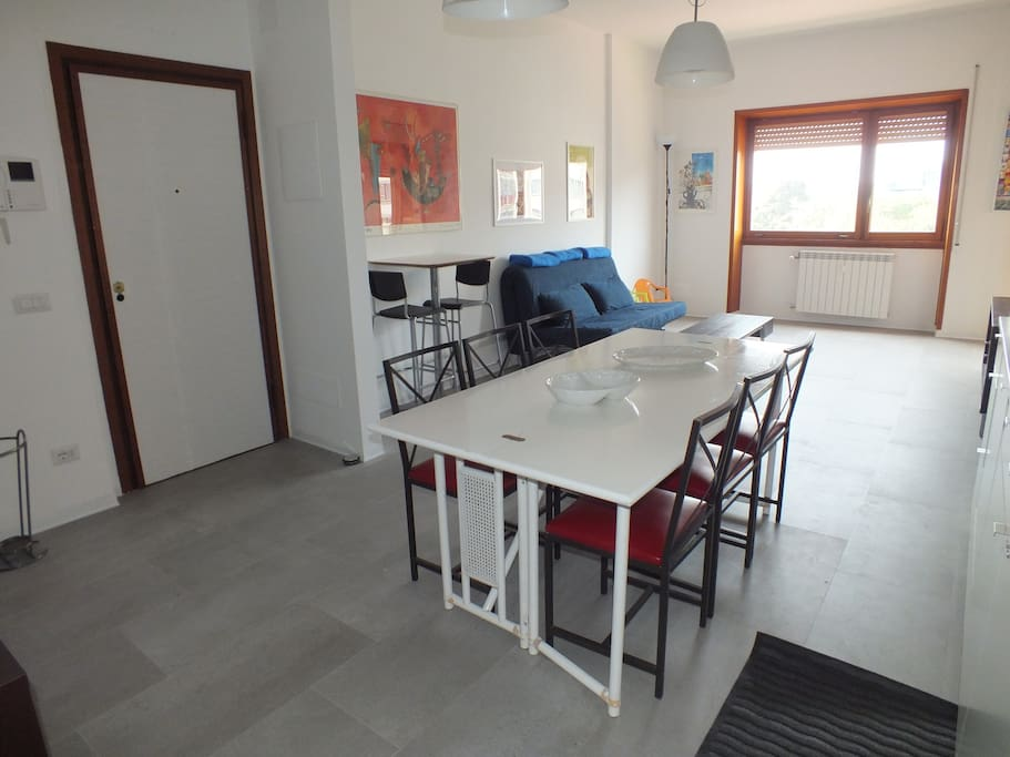 il grande e luminoso soggiorno-cucina open space