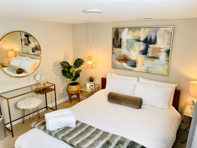 Luxurious private suite by UW  Elegant-Cozy-Clean