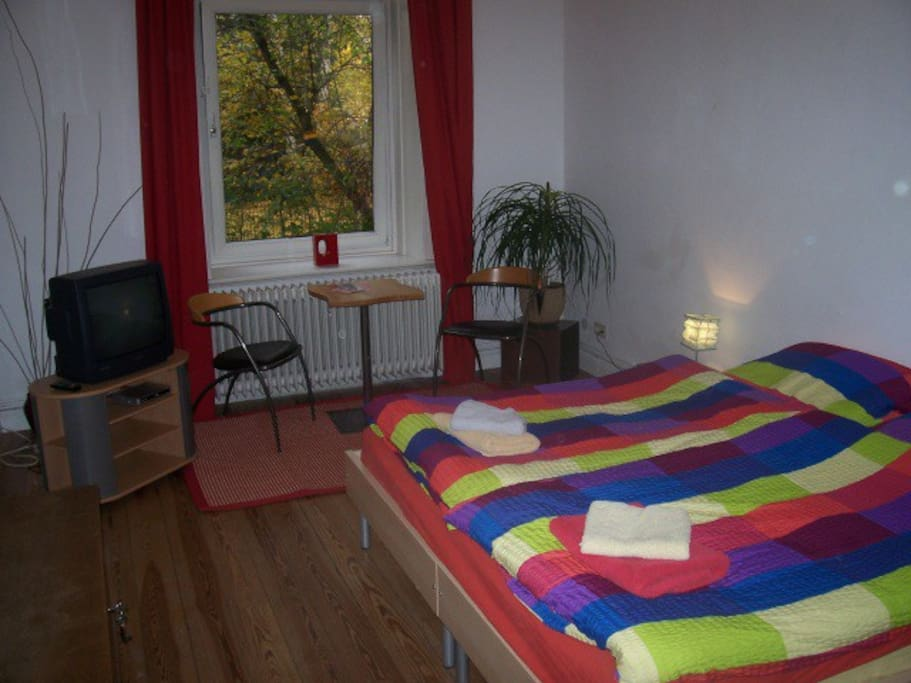 2 of 2 b b rooms hamburg eppendorf bed and breakfasts. Black Bedroom Furniture Sets. Home Design Ideas