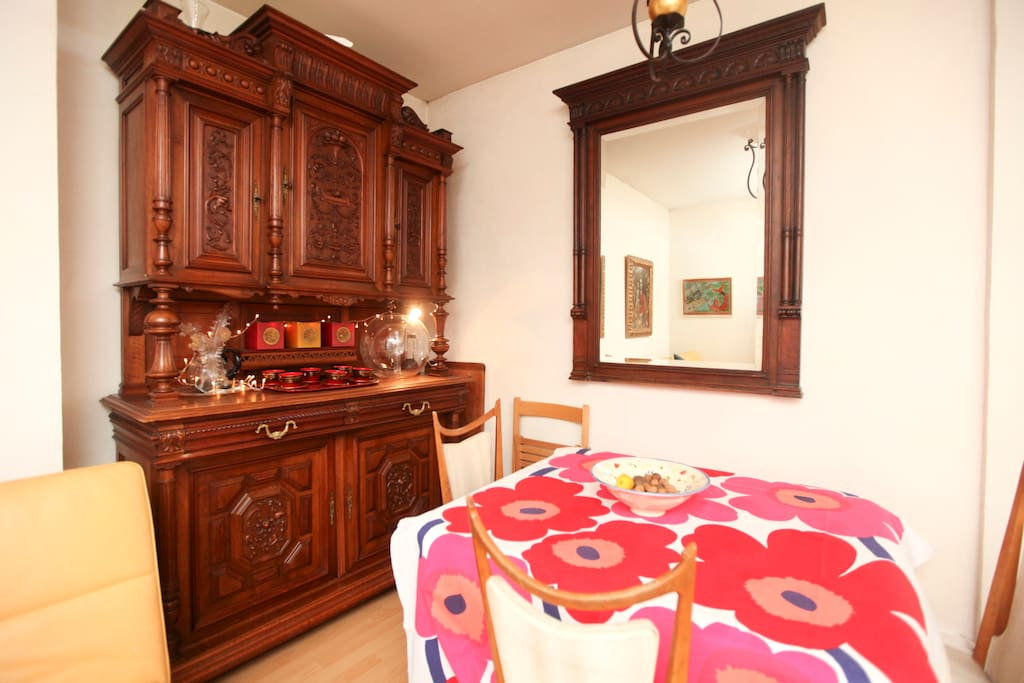 Living room with fourniture cabinet and dining table - Salon avec vaisselier et table à manger