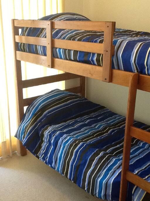 Segunda habitación, cuenta con camarote y sillón cama.