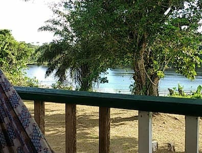 Beautiful Riverside Villa, Linden - Linden - Villa