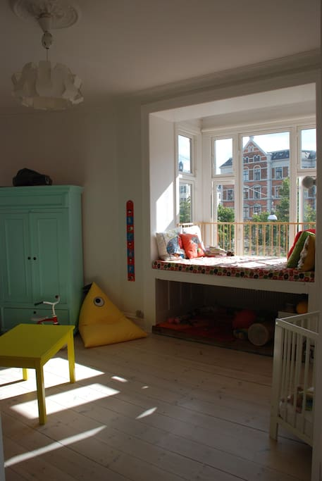 Children's bedroom. There's a children's bunk bed (160 cm's long) and a baby crib. It is also possible to sleep in the window, but please note that the mattress is only about 175 cm's long.