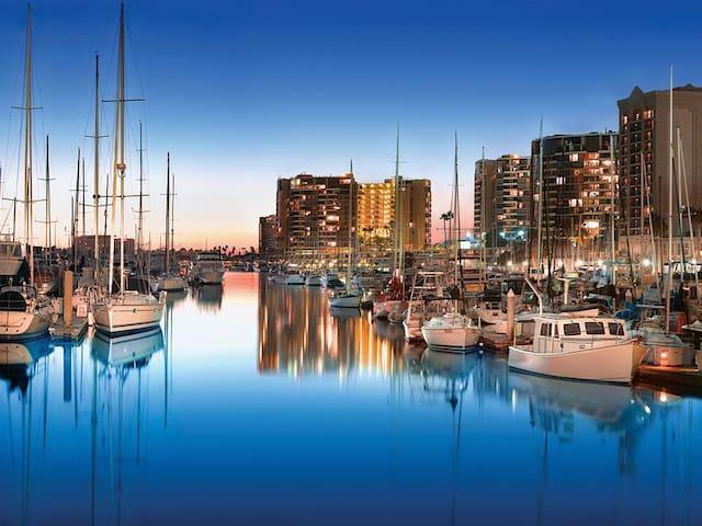 Breathtaking Waterfront 2-Bdr Apt w/Marina Views!