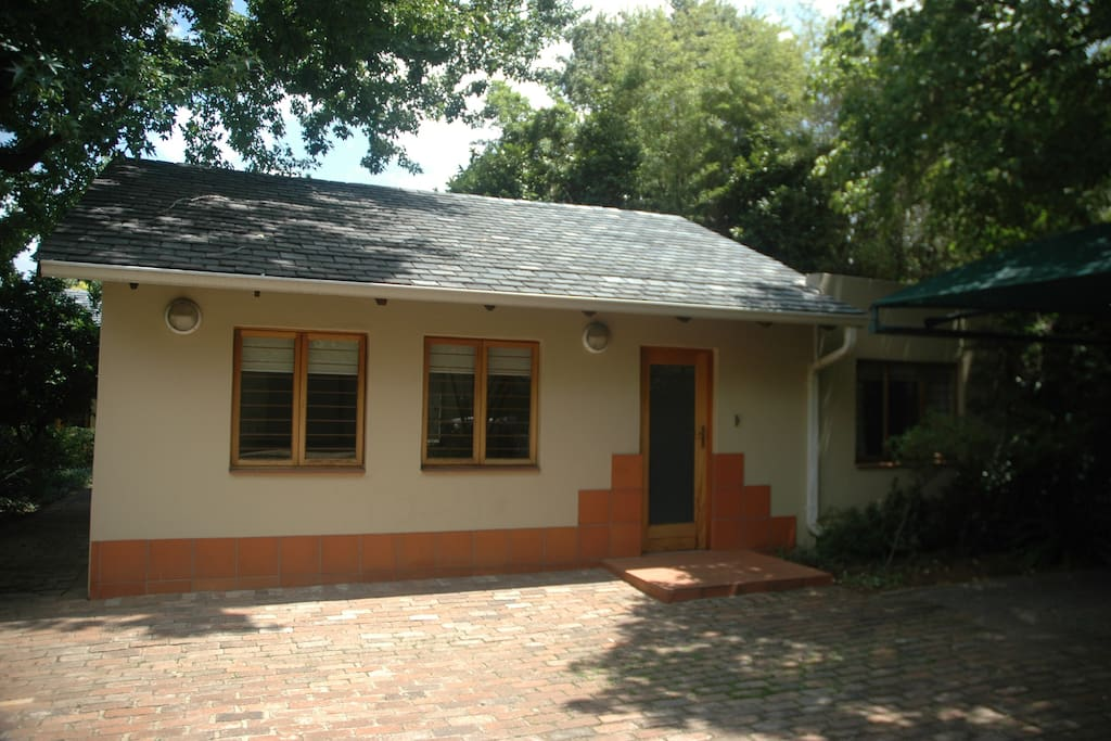 Azalea Cottage: Executive self-catering. Entrance and lounge windows
