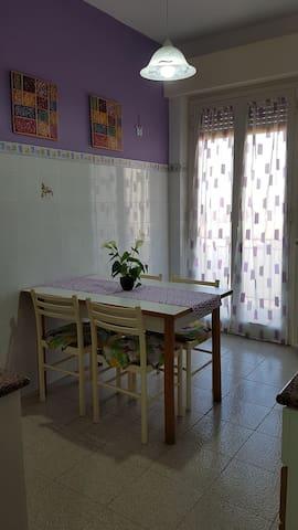 Cucina con tavolo e sedie