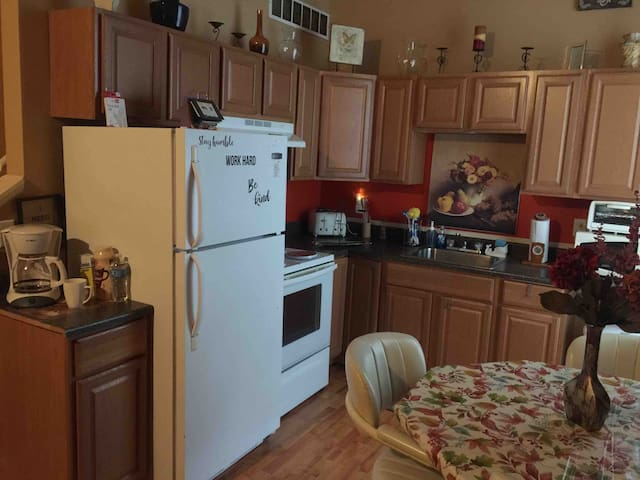 Downtown 1 BR , Bi-Level Apt - 3rd Floor - Promo