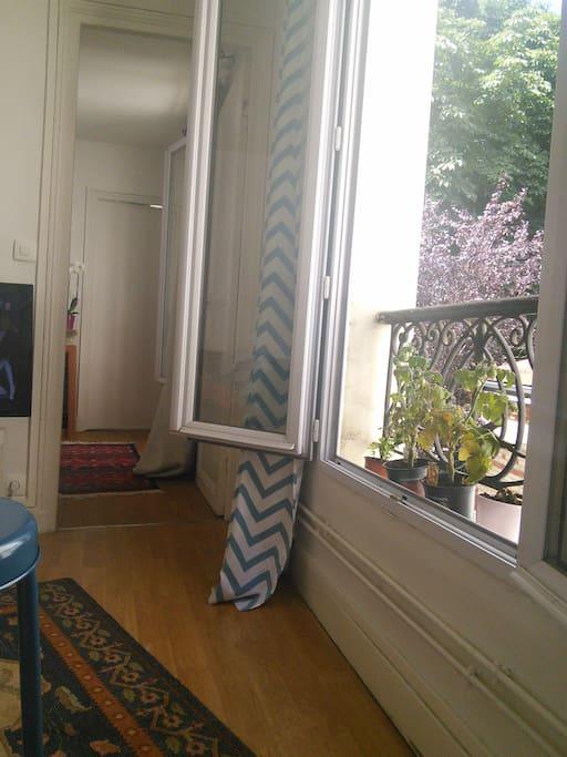 Vue depuis la cuisine avec fenêtre sur cour