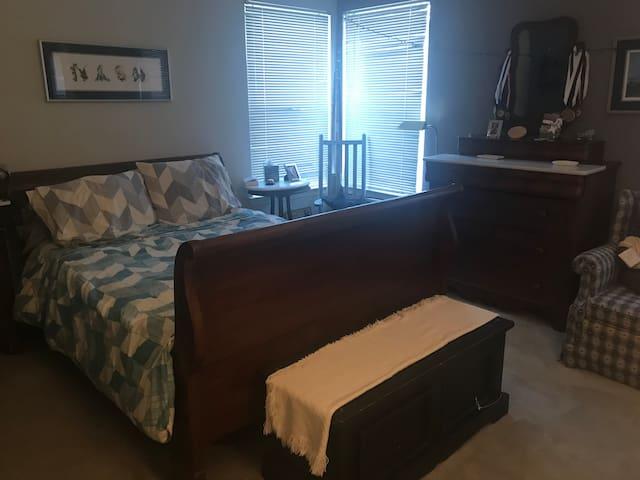 Private Master Suite in quiet Annapolis location
