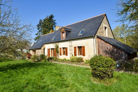 House between river and ocean with pretty garden in Brittany