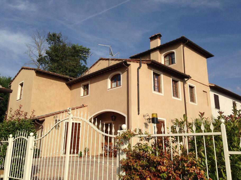 La casa nel suo insieme vista dal parcheggio