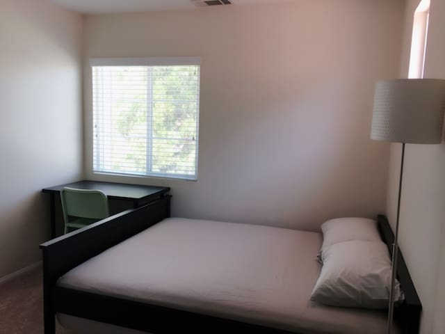 Queen bed in the room - Rancho Cucamonga - Villa
