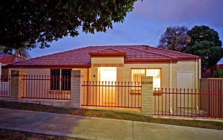 Three Bed 2 Bath 2 Car Sleeps 7 - Balga - House