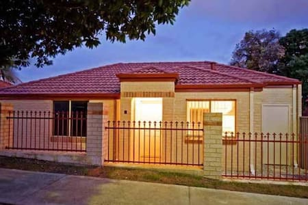 Three Bed 2 Bath 2 Car Sleeps 7 - Balga