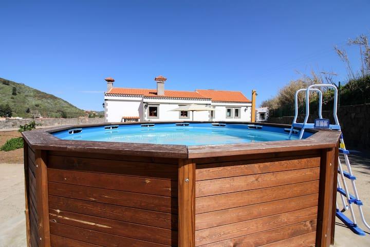 Villa Baez, Sunny Villa with Pool & Valley Views