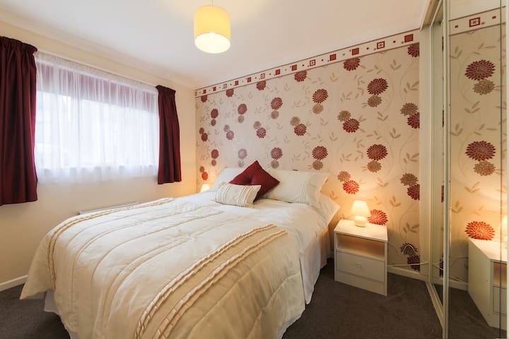 Ideal DBL Bedroom - WiFi - Redruth - Bungalow