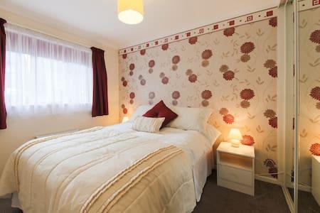 Ideal DBL Bedroom - WiFi - Redruth - Bungalow