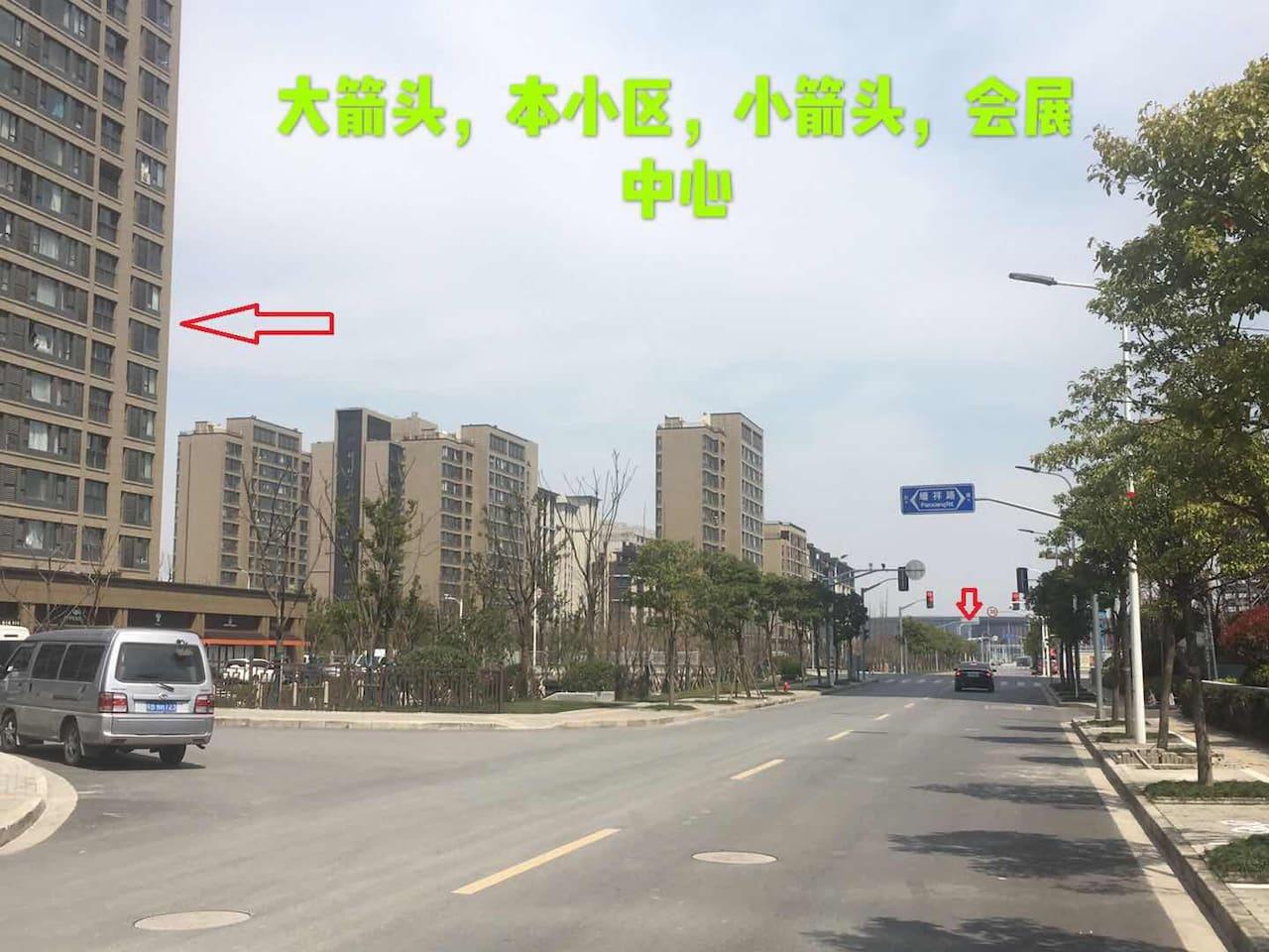 小区距离会展中心,2号线地铁 6号口两个红绿灯,步行5-10分钟