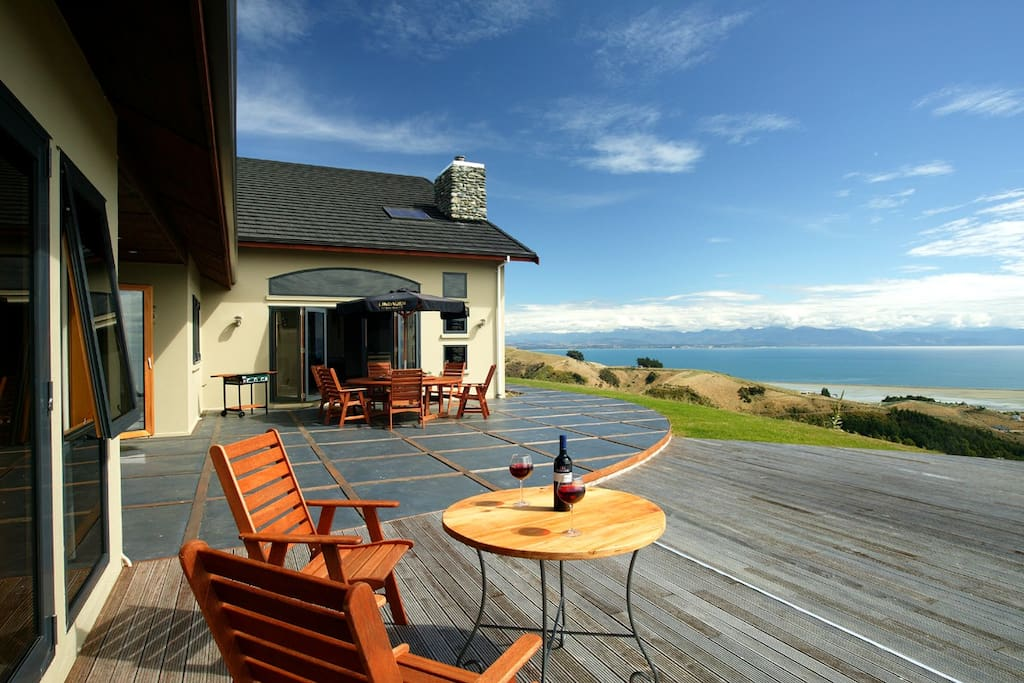 Set high on a hillside above Tasman Bay,Parautane Lodge was built in 2004 in the style of a Canadian mountain lodge.Set in 4 hectares with panoramic views over the bay to the western ranges beyond,Parautane Lodge offers 4 ensuited rooms,all with sea views